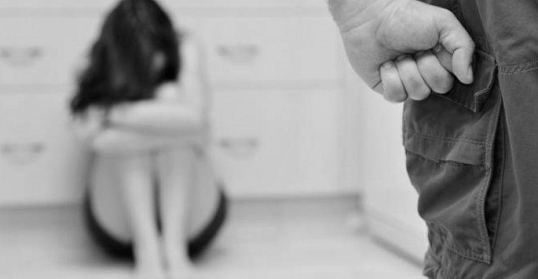 Tenta di abusare della figlia ma viene ucciso dalla madre con quasi 200 coltellate