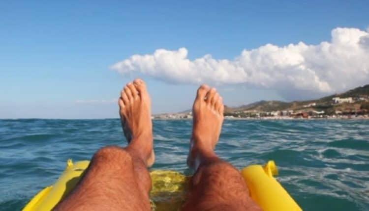 Si addormenta nel materassino e dalla Calabria finisce in Sicilia