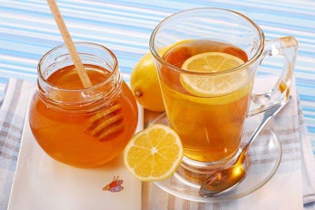 Limone e miele aggiunti all'acqua sono salutari