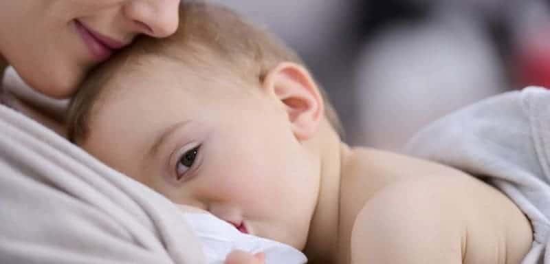 Allattamento al seno: ragazza allatta il figlio mentre si sposa
